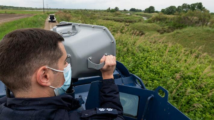 Αστυνομικός χειρίζεται το «ηχητικό κανόνι» κατά τη διάρκεια περιπολίας στον Έβρο