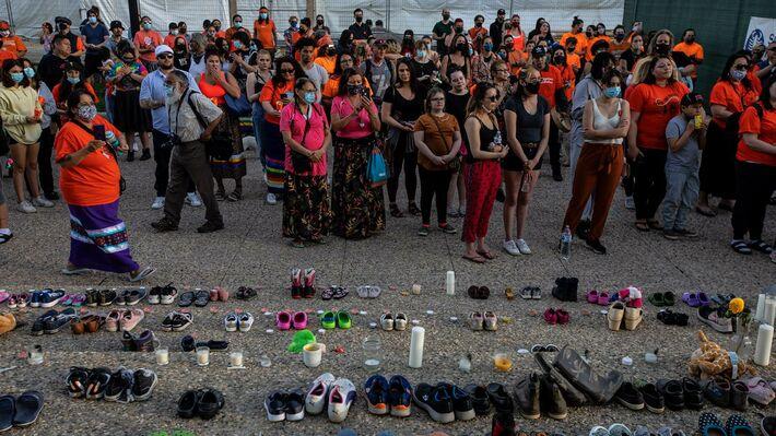 Εκδήλωση αυτοχθόνων του Κάμλουπς για τις σορούς των παιδιών που βρέθηκαν στον μαζικό τάφο
