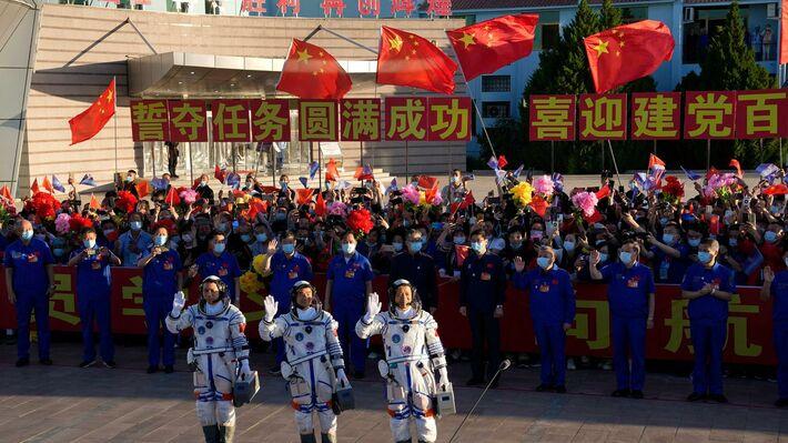 Από αριστερά οι Τανγκ Χονμπό, Λίου Μπομίνγκ και Νιε Χαϊσένγκ