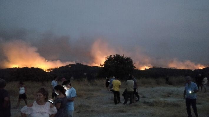 Συνεχίζει το καταστροφικό της έργο η πυρκαγιά – Χωρίς ηλεκτρικό ρεύμα το νησί (ΦΩΤΟ)