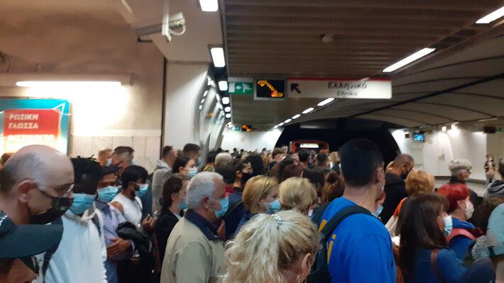 Από τις σημερινές νέες εικόνες συνωστισμού στο Μετρό στο Σύνταγμα