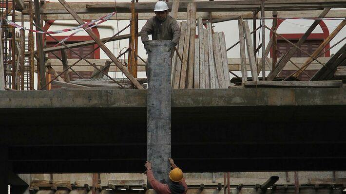 Εργαζόμενοι σε οικοδομή στην Αθήνα (φωτό: ΑΡ)